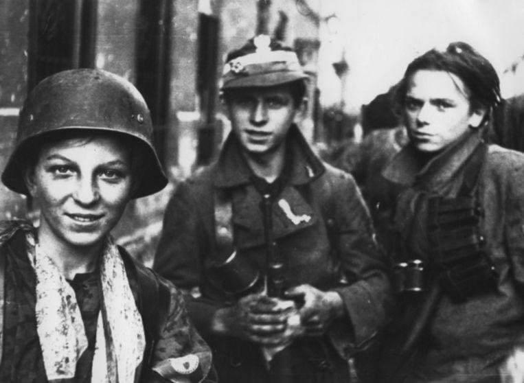 Tadeusz Rajszczak 'Maszynka' (links) en twee andere Poolse soldaten in 1944 tijdens de opstand in Warschau tegen de nazi's. Beeld