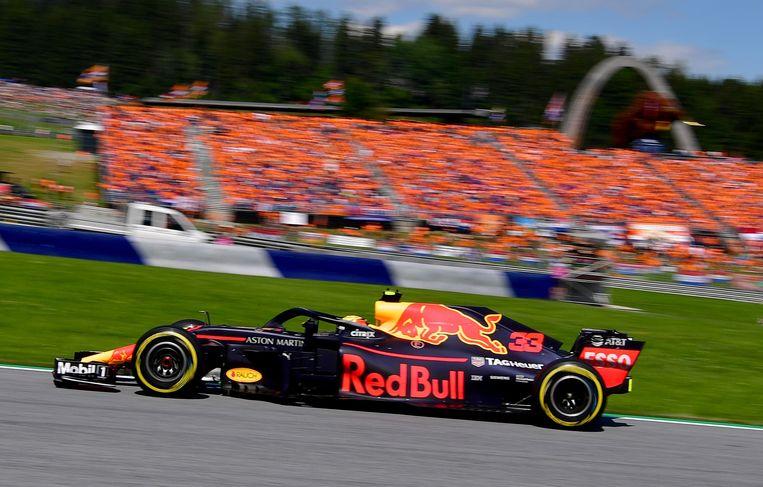 Max Verstappen tijdens de Grand Prix van Oostenrijk met op de achtergrond het Oranjelegioen. Beeld AFP