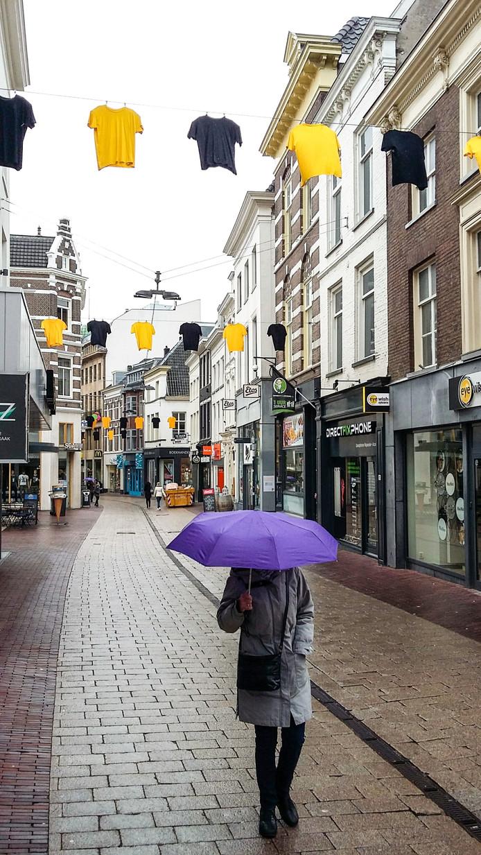 Geel en zwart boven de Jansstraat in het hart van Arnhem. Foto DG