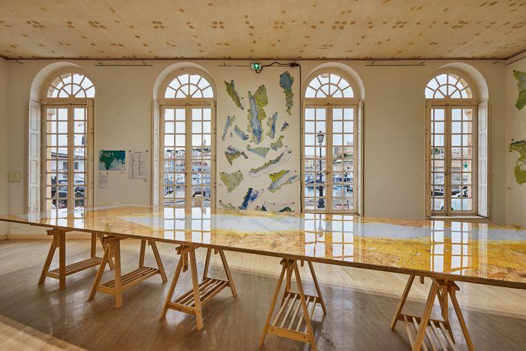 De tentoonstelling La Mer et Marseille van Peter Fend op Manifesta. Een vroegtijdig einde hangt als een donderwolk boven de biënnale in Marseille, een van de grootste coronabrandhaarden van Europa.  Beeld Jean-Christophe Lett