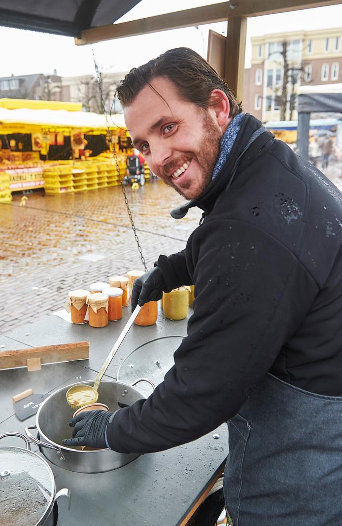 Edwin van der Linden die zelfgemaakte soep verkoopt op de Udense Markt.