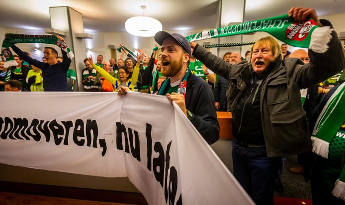 Supporters van FC Dordrecht laten van zich horen op het Stadskantoor in Dordrecht.