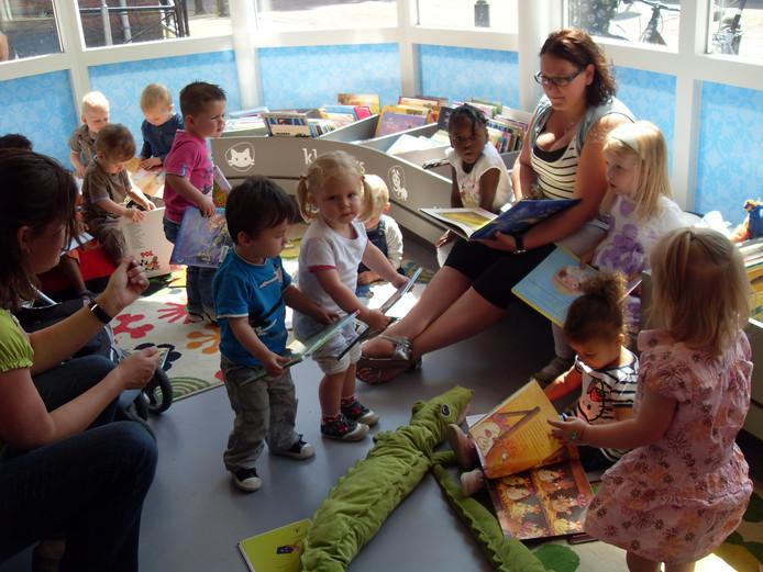 Jonge kinderen bevolken de bieb in Vianen tijdens de opening van Boekstart, al in 2011. Wijk bij Duurstede sluit daarop als laatste aan in de provincie.