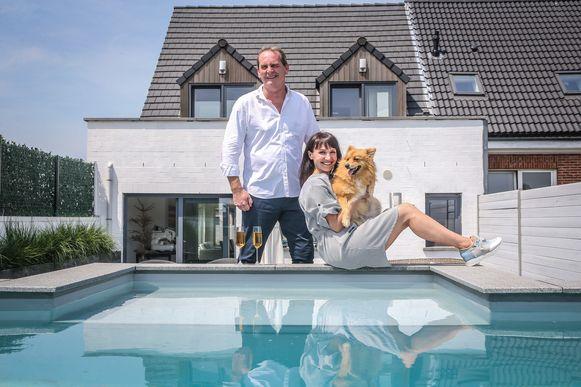 Eddy en Lena bij hun zwembad achter hun appartement op het eerste verdiep. De burgemeester is in hoogsteigen persoon komen kijken of Eddy niet stapelzot was geworden.