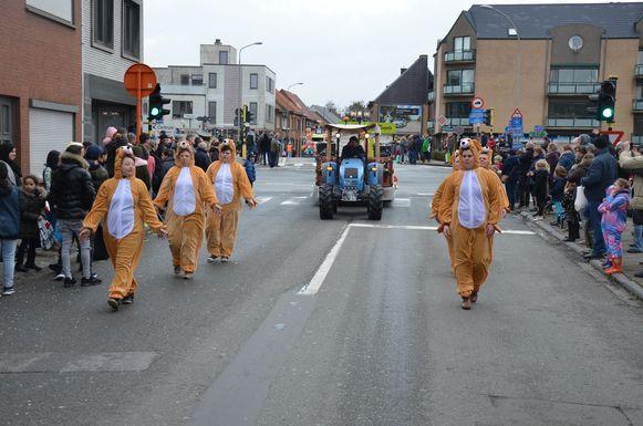 De Swingende Singels braken met hun eerste carnavalsact voor een Lokerse hondenlosloopweide. De stad wil er ook effectief werk van maken.