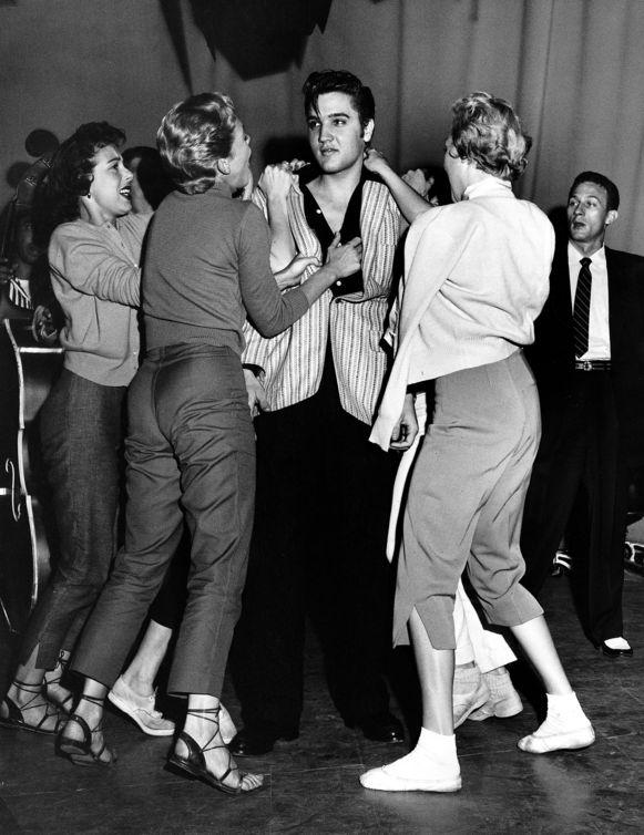 Elvis Presley omringd door fans