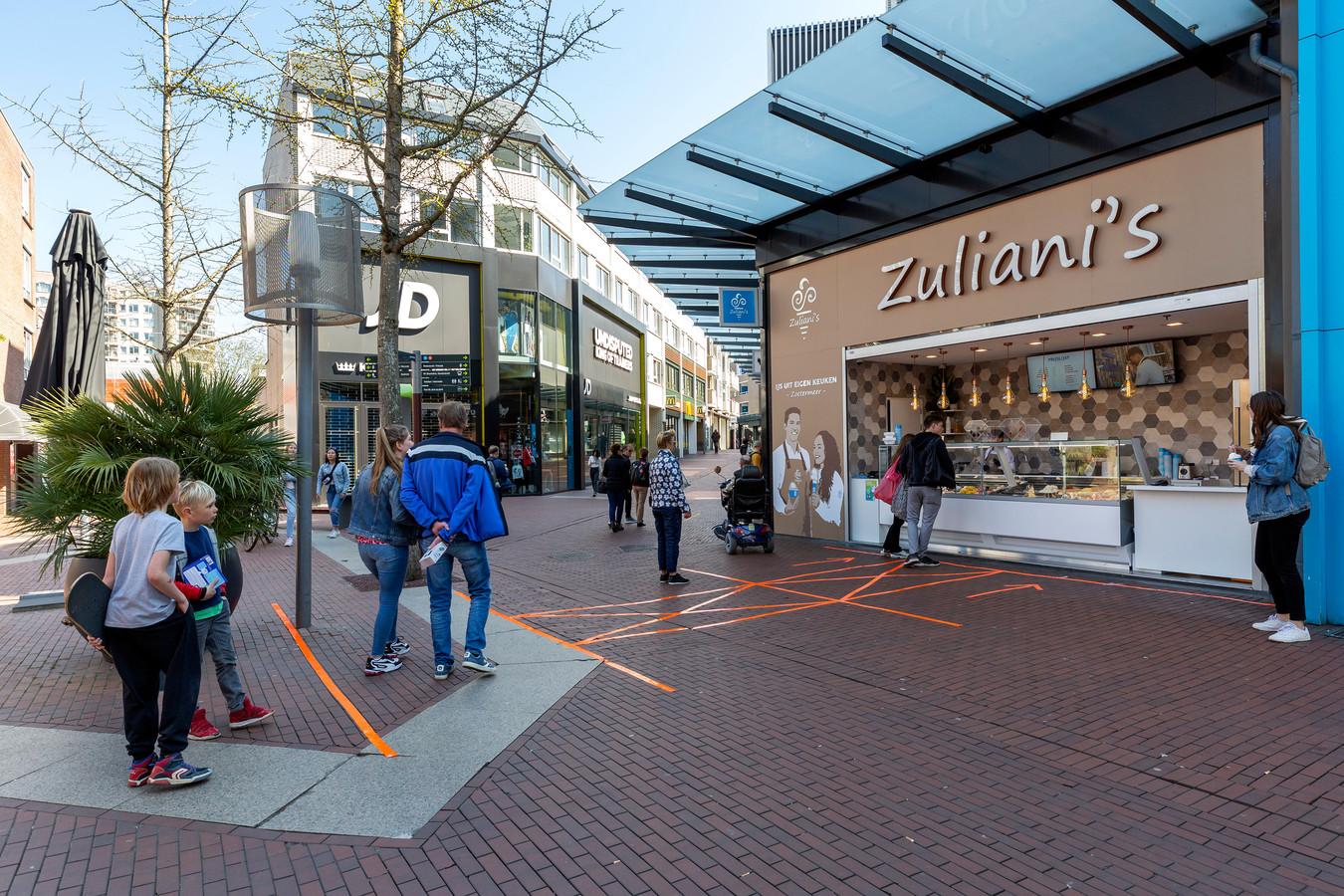 Vanwege het mooie weer zijn de ijsjes van Zuliani's wel in trek. Verder is het Stadshart op koopzondag nagenoeg leeg.