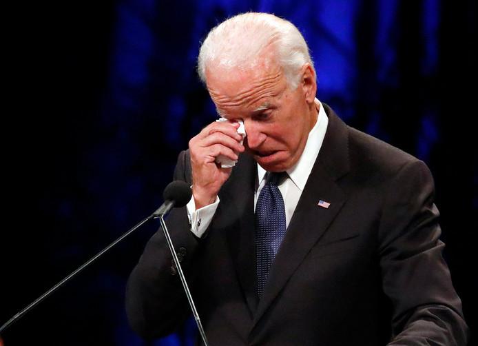 De voormalige vicepresident van de Verenigde Staten Joe Biden veegt de tranen weg tijdens zijn geëmotioneerde afscheidsrede voor de overleden senator John McCain.