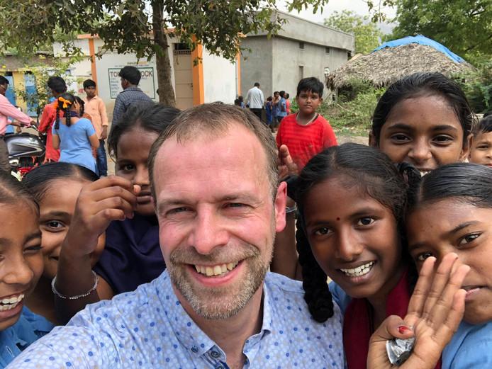 Niels van den Beucken van Arte op bezoek in het dorp Ballikuruva mandal in India, waar zijn bedrijf erop toeziet dat kinderen naar school gaan en niet met natuursteen werken.