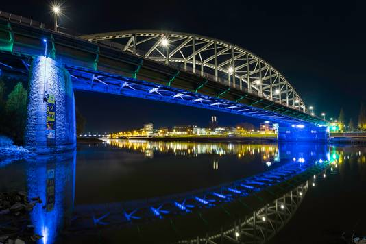 Beeld van een verlicht Arnhem.