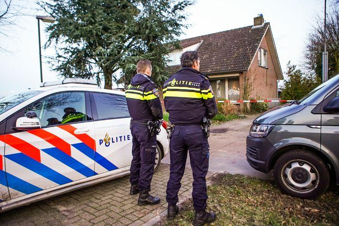 Politie voor de woning in Hapert waar een drugslab werd gevonden.