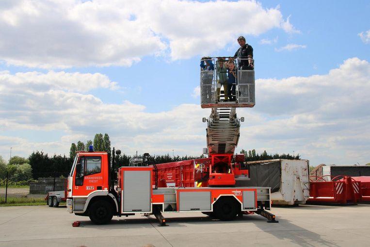 Brandweerman Dirk neemt de kinderen mee de hoogte in met de ladderwagen.