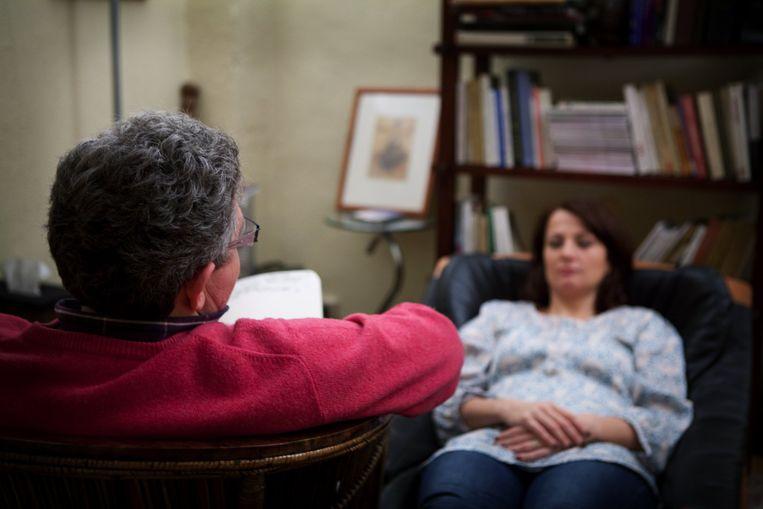 Een hypnotherapeut geeft zijn cliënt EMDR-therapie, Beeld Getty Images