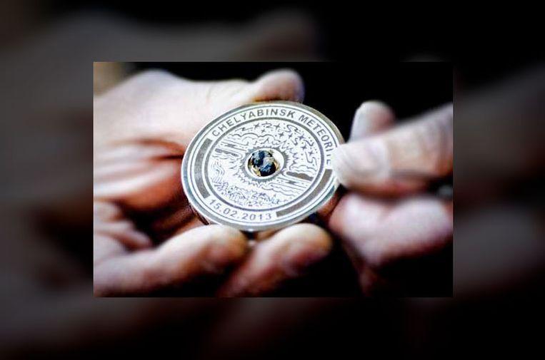 De gouden medaille waarin meteoriet zit verwerkt. Beeld Image Grad