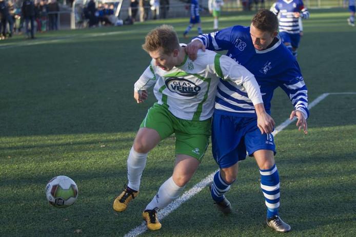 Coen Jansen van Geldrop (l) in duel met Youri Pietersma van Bekkerveld.