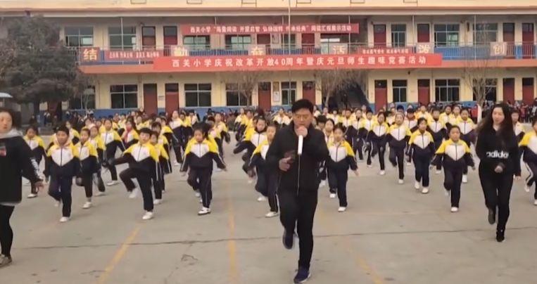 De directeur wil de leerlingen door de dans stimuleren om te bewegen en om ook aan andere sporten te doen.