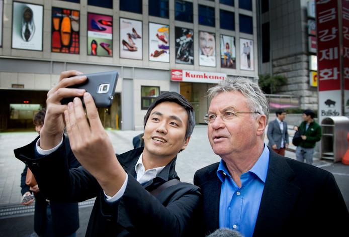 Guus Hiddink loopt door de straten van Seoul, de hoofdstad van Zuid-Korea