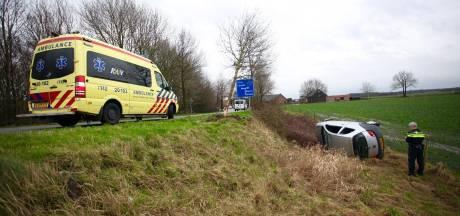 Automobilist verliest macht over het stuurt en belandt onderaan dijk in Gilze