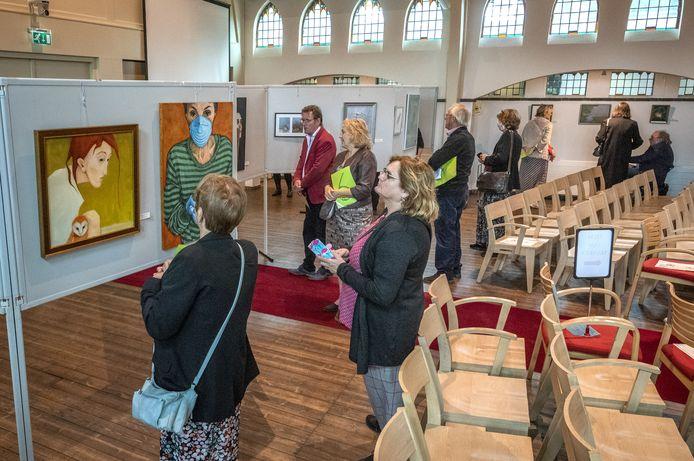 Bezoekers bekijken de beste inzendingen van de kunstwedstrijd ter ere van schilder Jan Mankes.
