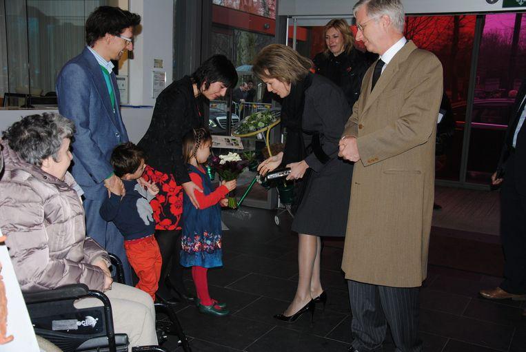 Eulalie, een beetje verlegen, mocht het koninklijk boeket overhandigen.