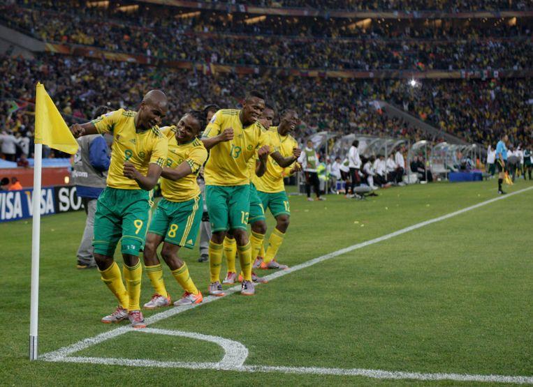 Zuid-Afrika viert feest. Siphiwe Tshabalala heeft zijn land net op een 1-0-voorsprong gezet tegen Mexico.