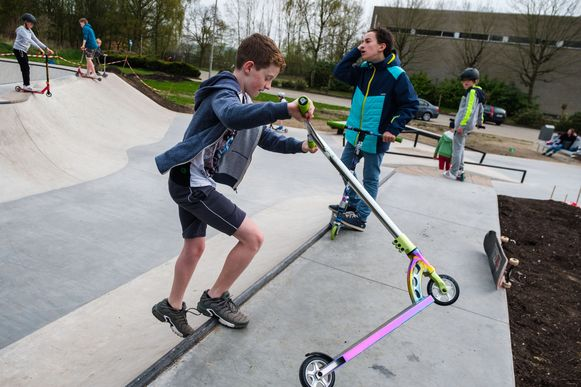 Jongeren leven zich uit op het skatepark.