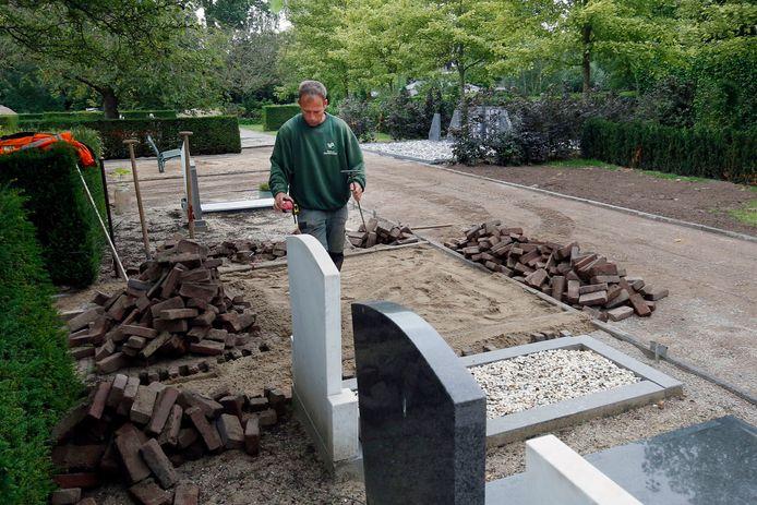 Wandelpaden worden opgeknapt op begraafplaats Spindermolen. Ook wordt er de komende tijd geasfalteerd.