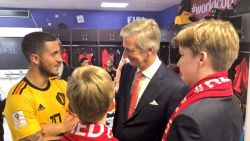 VIDEO. Koning Filip ziet Rode Duivels glansrijk winnen en gaat Belgen dan feliciteren in de kleedkamer