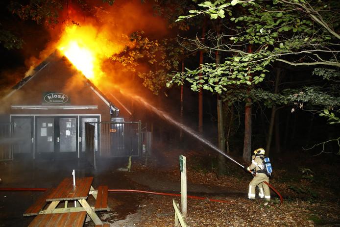 De vlammen slaan uit het dak in Hattem.
