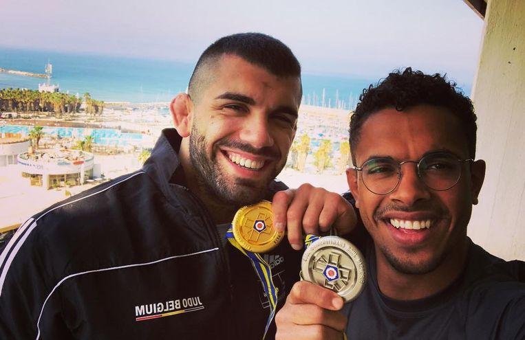 Nikiforov (links) en Chouchi (rechts) pronken met hun medailles na het EK judo.