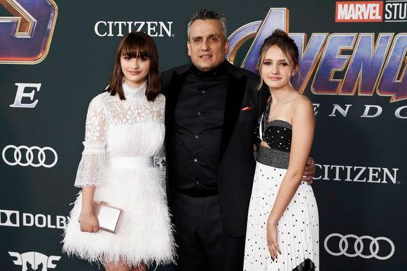 Regisseur Joe Russo met zijn dochters.