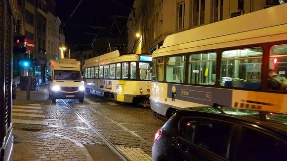De chauffeur reed een tram voorbij en sloeg dan linksaf toen er een tegenligger aankwam.