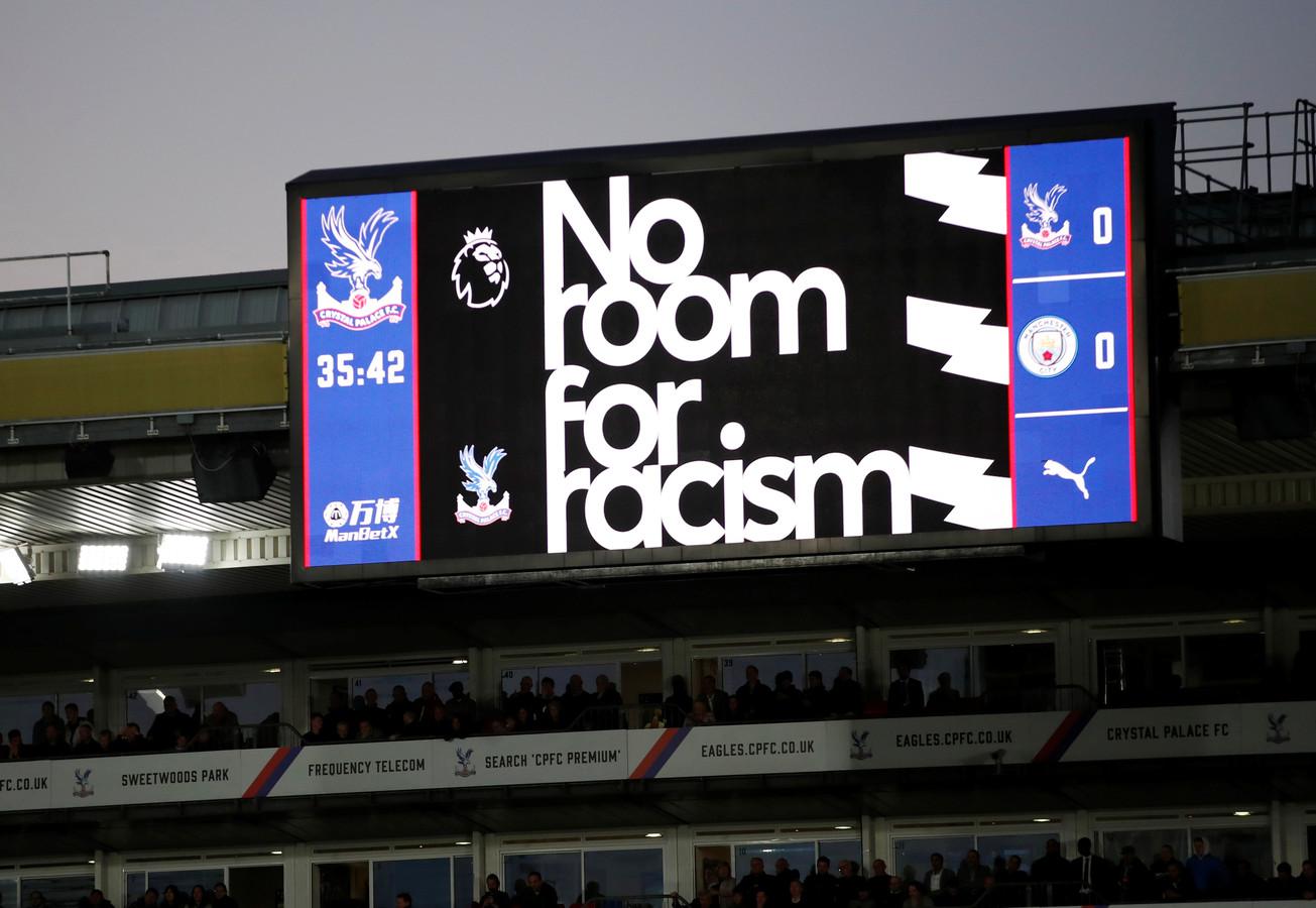 Bij duels in de Premier League is dit weekend uitgebreid aandacht voor de strijd tegen racisme.