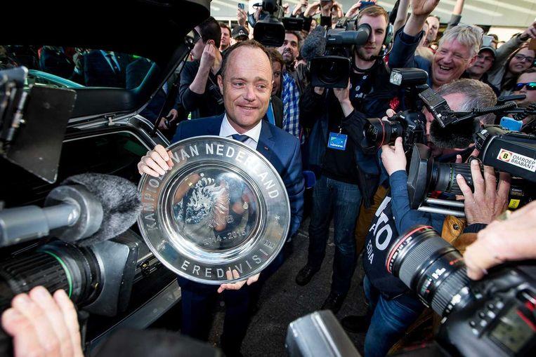 KNVB-directeur Bert van Oostveen toont de schaal bij aankomst in Eindhoven. Beeld anp