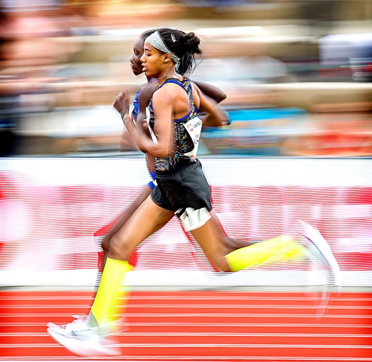 Sifan Hassan wordt tijdens haar aanval op haar eigen Europees record op de 5000 meter voorbij gelopen door de latere winnares Margaret Chelimo Kipkemboi. Hassan wordt 2e. Beeld Klaas Jan van der Weij  / de Volkskrant