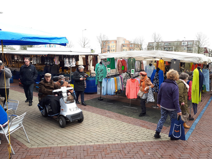 De zaterdagmarkt in Nijverdal heeft zo'n 40 kramen en trekt een vast publiek.