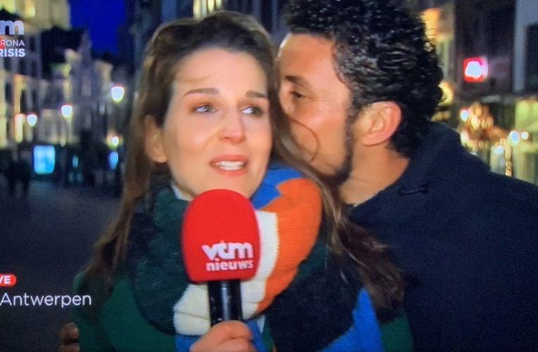 Reporter Evelyne Boone werd tijdens de uitzending plots op de wang gekust door een onbekende man.