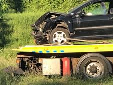 Auto schiet van weg bij Almelo, bestuurder gewond
