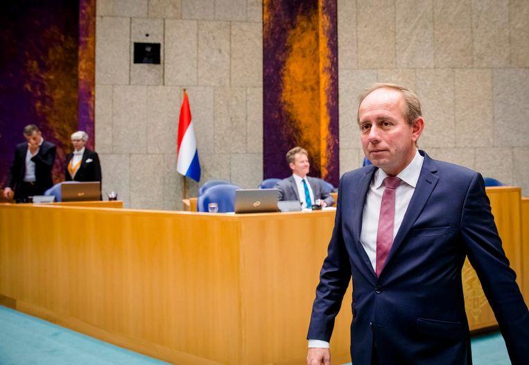 Kees van der Staaij (SGP) voor de Nederlandse vlag in de Tweede Kamer. Beeld anp