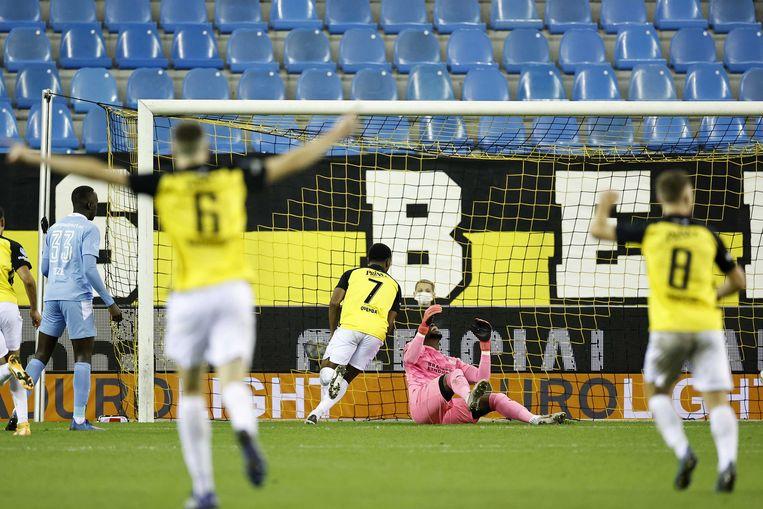 Loïs Openda, de nummer 7 van Vitesse, heeft zojuist de winnende 2-1 binnengetikt. PSV-keeper Yvon Mvogo ligt verslagen op de grond Beeld ANP