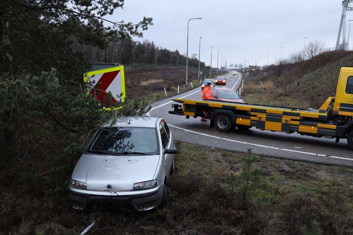 De auto schoot zaterdag van de afrit van de A50 bij Arnhem-Centrum.