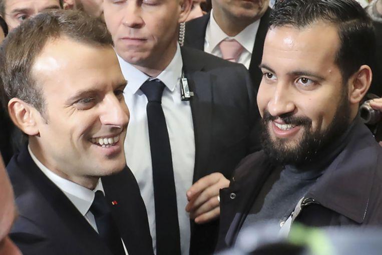 Benalla (rechts) met de Franse president Macron Beeld AFP