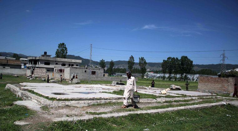 Een man loopt over de plek waar de villa heeft gestaan waar Osama bin Laden zich schuil hield (of door de ISI gevangen werd gehouden zoals journalist Seymour Hersh stelt). Beeld null