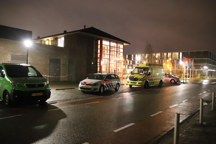 Politie en ambulance zijn aanwezig, kort na de poging tot overval op de Plus-supermarkt in Culemborg.