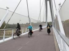 Fietsers enthousiast over nieuwe brug over A2. 'Maar een hekje zou fijn zijn'