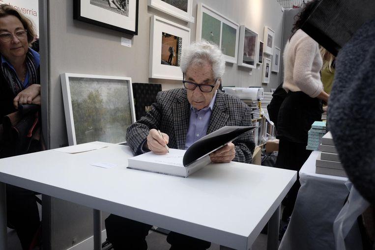 De beroemde Amerikaanse Magnumfotograaf Elliot Erwitt (88) signeert zijn nieuwe boek Home Around The World op Paris Photo. Beeld Arno Haijtema