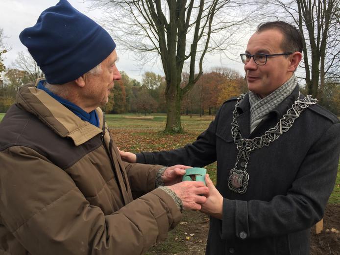 Bioloog Henk Moller Pillot (L) ontvangt uit handen van loco-burgemeester Mario Jacobs (R) de Tilburg Trofee.