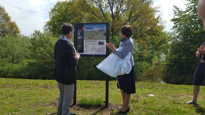 Mara Barrett uit Nieuw-Zeeland, samen met burgemeester Van Ruijven bij het bord over haar broer Jack Lunn.