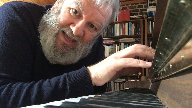 Wim Opbrouck zingt elke dag een meezinger op VIER.be.