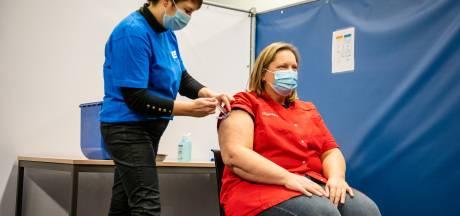 Aletta krijgt de eerste prik van GGD Zuid-Holland Zuid: 'Een historisch moment'